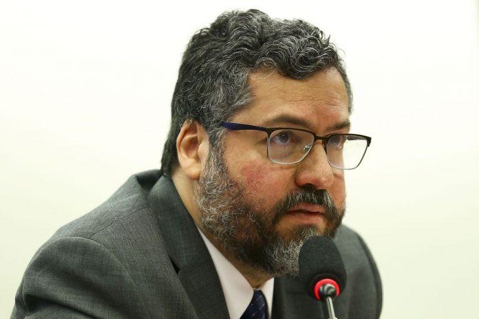 O ministro de Relações Exteriores, Ernesto Araújo, confirmou à Reuters que consulados estão emitindo certificados de cidadania para brasileiros em processo de remoção