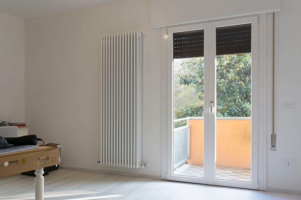 Porta-finestra in PVC-alluminio con pavimento laminato in abbinato