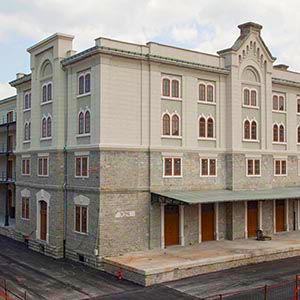 Finestre in legno - Spazio eventi Magazzino 26 a Trieste