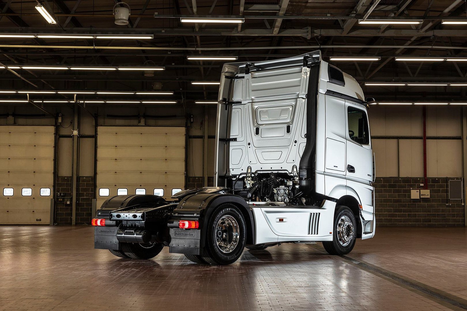 New Actros 2019 in garage side on view b