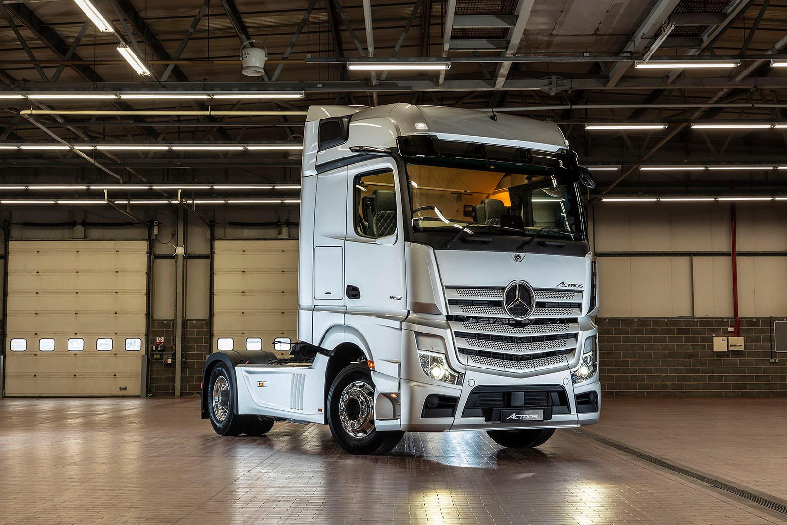 New Actros 2019 in garage side on view.j
