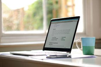 portátil sobre mesa y taza