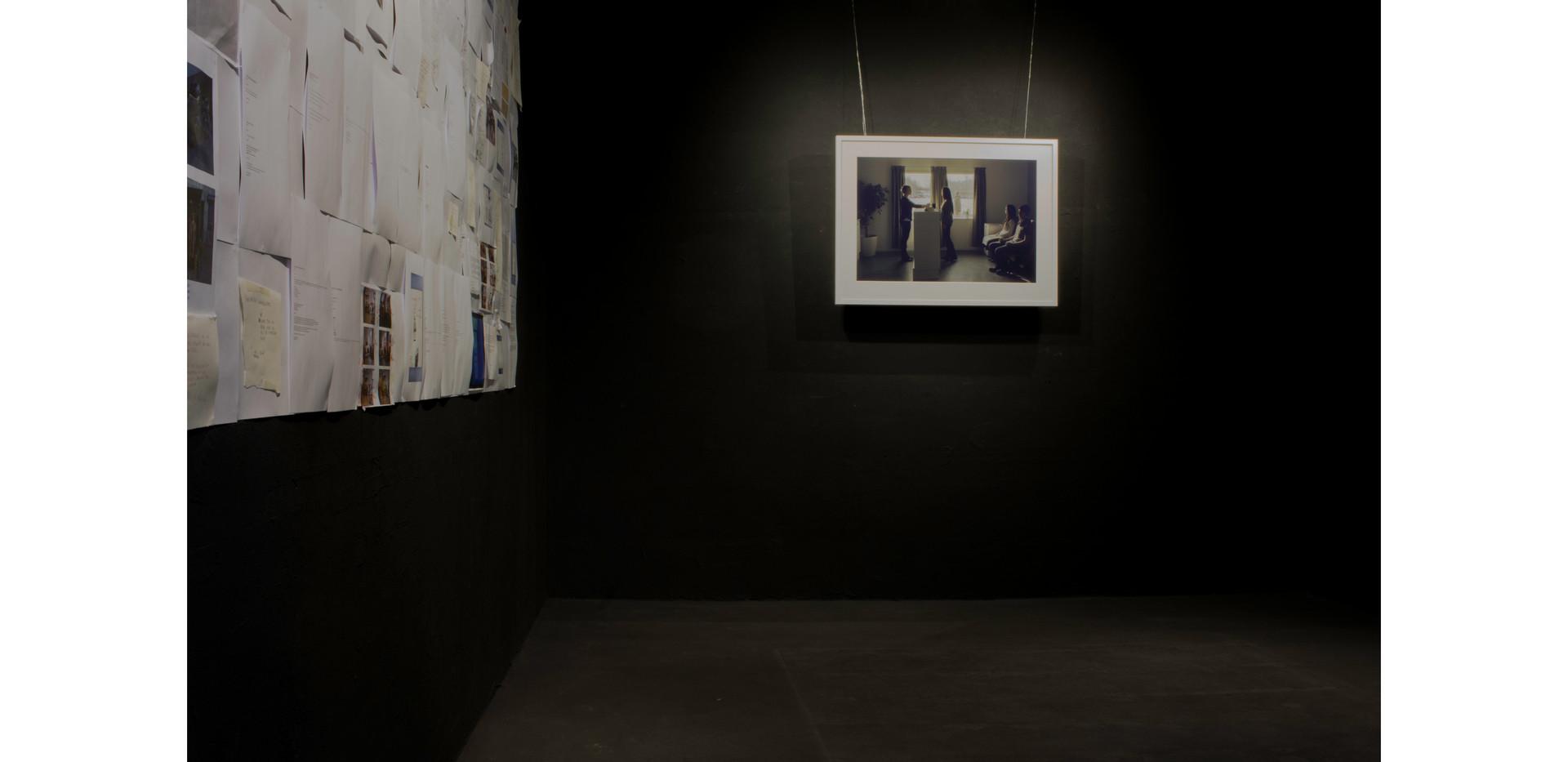 I utställnigen visar Peter Stridsberg ett utforskande om offentliga rum som finns i samhället. Rummen har  en viktig roll i vår samtid med att välkomna alla att vara en del av samhället. I projektet arbetade jag med ett offetligt rum som inom snar framtid kommer försvinna. I Röstånga konsthall visas ett fotografiska verk tillsammans med min process i samband med projektet. Betraktarna får se, läsa och uppleva allt runt omkring det fotografiska verket. Detta för att synliggöra och informera om det fotografiska värdet i en bild som alltid kommer finnas.