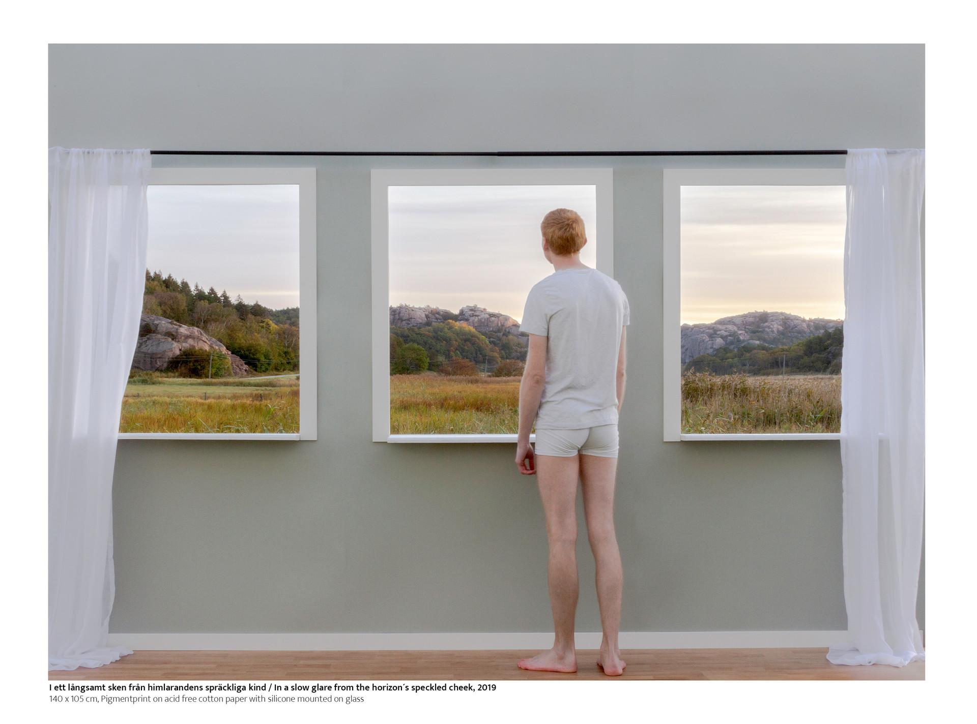 Med mina fotografiska scener strävar jag efter att öppna fönster och dörrar till skildringar som synliggör övergången mellan människan och naturen. Fokuset i mitt konstnärskap har senaste åren förgrenas i att vidga och synliggörs i gränslandet mellan hemmet, rum och omgivningen, där människan befinner sig.   I detta fotografiska arbete byggde jag upp en scen som kretsar om idéen med att befinna sig framför och omgiven naturen. I scenen använde jag naturen som en återspegling av det sköra och oklara när karaktären står inför sitt hem och försöker bejaka det som finns utanför. De tre fönstrena likt karaktären riktar sig mot horisonten och bort sig i under några försiktiga andetag morgonljusets spräckliga sken.  / With my photographic scenes, I strive to open windows and doors to depictions that make visible the transition between man and nature. The focus of my art has in recent years branched out into widening and making visible in the borderland between home, space and the environment, where man is.  In this photographic work, I built a scene that revolves around the idea of being in front of and surrounded by nature. In the scene, I used nature as a reflection of the fragile and obscure when the character is facing his home and trying to affirm what is outside. The three windows, like the character, face the horizon and disappear in the speckled glow of the morning light for a few gentle breaths.