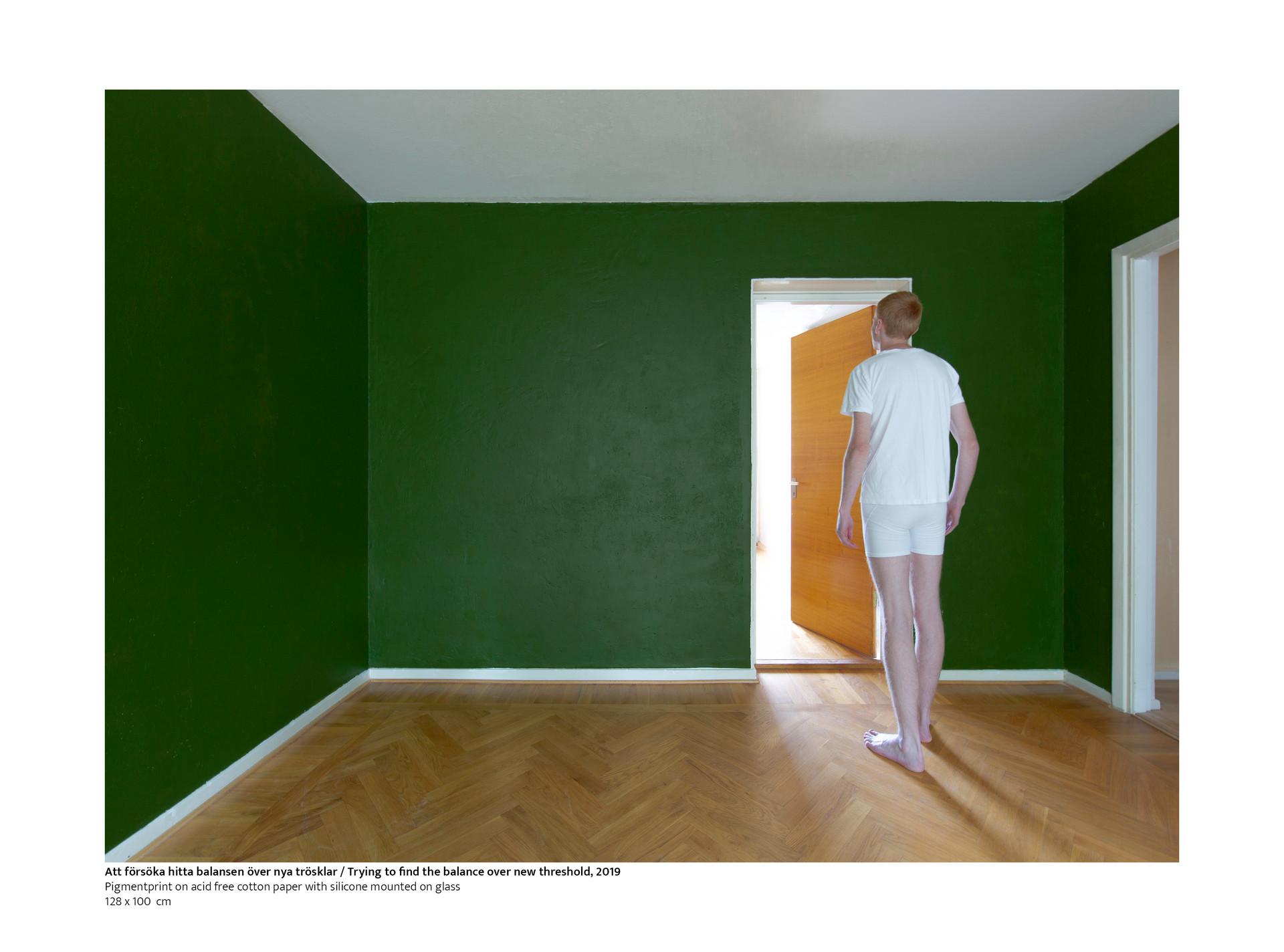 I detta fotografiska verk har jag arbetat med att iscensätta en vardagsscen som skildrar människans förflyttelse och orientering i hemmet och tillvaron. I verket valde jag att skildra människan i ett befintligt rum där tröskeln är central och symbolserar gränsen mellan olika rumsliga utrymmen. Jag ville visa hur människan försöker hitta sin balans i att möta nya hinder och rumsliga sammanhang tillvaron.  / In this photographic work I have worked on staging an everyday scene that depicts the movement and orientation of people in the home and life. In the work I chose to portray man in an existing room where the threshold is central and symbolizes the boundary between different spatial spaces. I wanted to show how human tries to find his balance in meeting new obstacles and spatial contexts of existence.