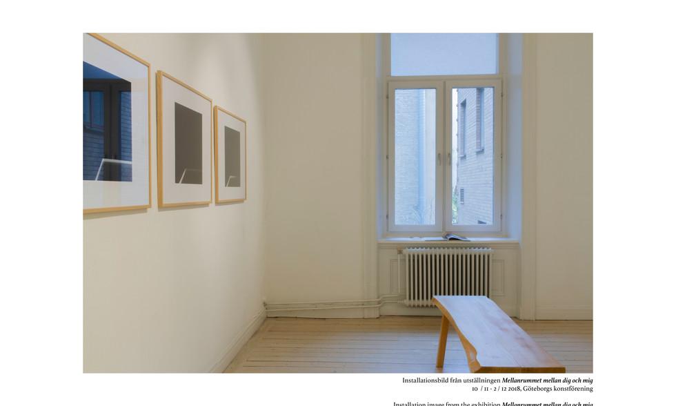 Med utställningen Mellanrummet mellan dig och mig på Göteborgs Konstförening har presenterar Peter Stridsberg  olika iscensatta fotografier där betraktelser från arkitektoniska element visar reflektion om rum och rumslighet.