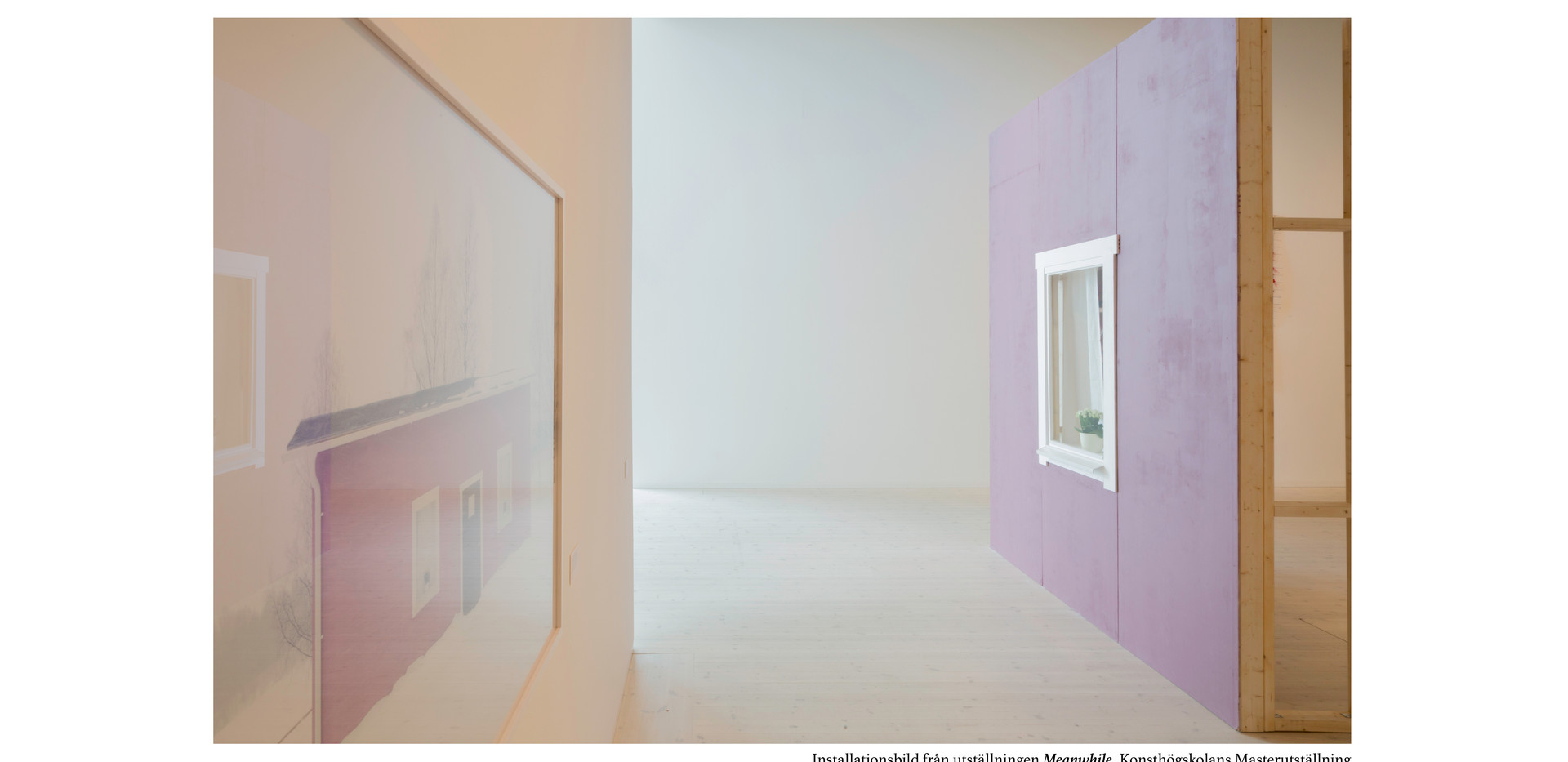 På Bildmuseets Examensutställning vid Masterprogrammet på Konsthögskolan så presenterar Peter Stridsberg en installation och ett fotografiskt verk.   Peter Stridsberg intresserar sig för de utrymmen som människan omges av i vardagen. Hans skulpturala och arkitektoniska scenografier visar delar av hem och rum i naturlig skala. De ställer frågor om och undersöker hur miljöerna som omger oss påverkar och berättar om hur vi lever.  Med fokus på hemmet och utgångspunkt från sin egen relation till rumsliga miljöer har Peter Stridsberg länge arbetat med att iscensätta en slags fotografiska berättelser. Den han visar i utställningen handlar om behovet att kontrollera sin tillvaro, vara förankrad vid och sammanlänkad med hemmets trygghet.   Installationen Fönstret vid sidan av gatan där mina fötter dagligen vandrar är en skulptural installation som visar en del av ett hus. Stridsberg har arbetat med olika tekniker och använt färgpigment, gips, trä plåt och textil för att skapa en illusion av sitt eget hem. Som betraktare får du se in i hans vardag och det rum där han skapar sina iscensättningar.