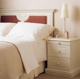Hepplewhite Harewood bedside chest in Gardenia
