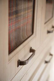 Hepplewhite Bosworth handle & door detail in Odessa Oak