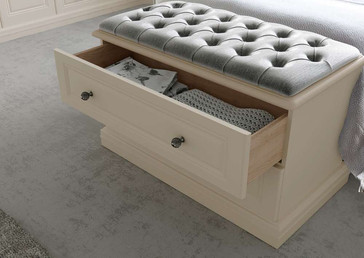 Hepplewhite Harewood chest with padded top in Gardenia