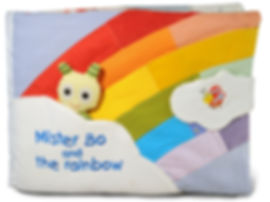 """Cover del libro tattile di stoffa """"Mister Bo and the rainbow""""- in copertina arcobaleno colorato fatto con tanti pezzi di stoffa con su una nuvola da dove spunta Signor Bo- su un'altra nuvola coccinellina"""