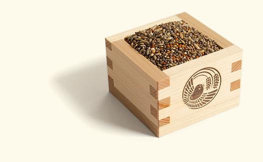 小鳥の餌が入っている木製の升