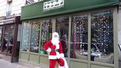 Père Noël devant le Chant des oliviers - 88 rue Ordener