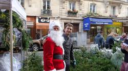 Père Noël avec Xavier devant L'Orée des Fleurs 9 rue du Poteau