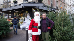 Père Noël devant O Fleurs de Montmartre 82 rue Ordener