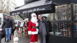 Père Noël devant le Café d'Albert 117 rue Ordener