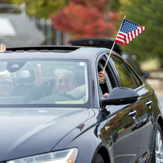 Car with american flag close_2020-10-10(