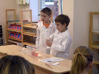 Дети показывают родителям физические опыты
