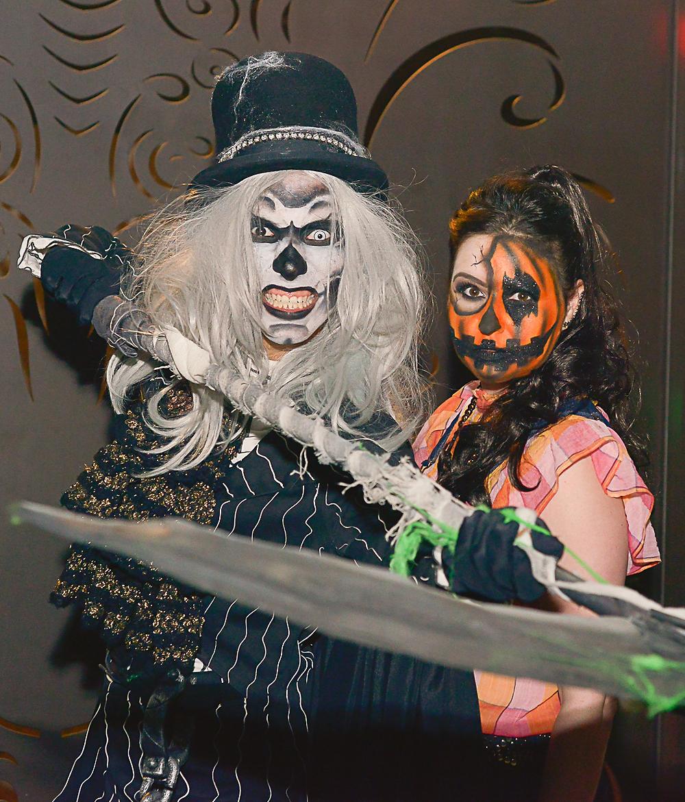 ator e Alessandra Campanha, fantasia de Halloween Espantalho Punk