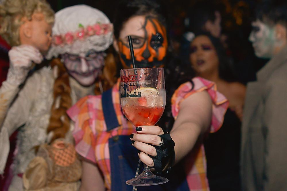Atriz Caixa Cênica e Alessandra Campanha em fantasia de Halloween. Brasília - DF