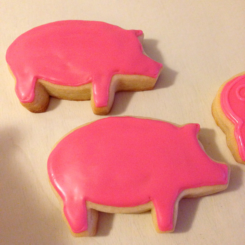 Pig cookies are flooded and ready for detail