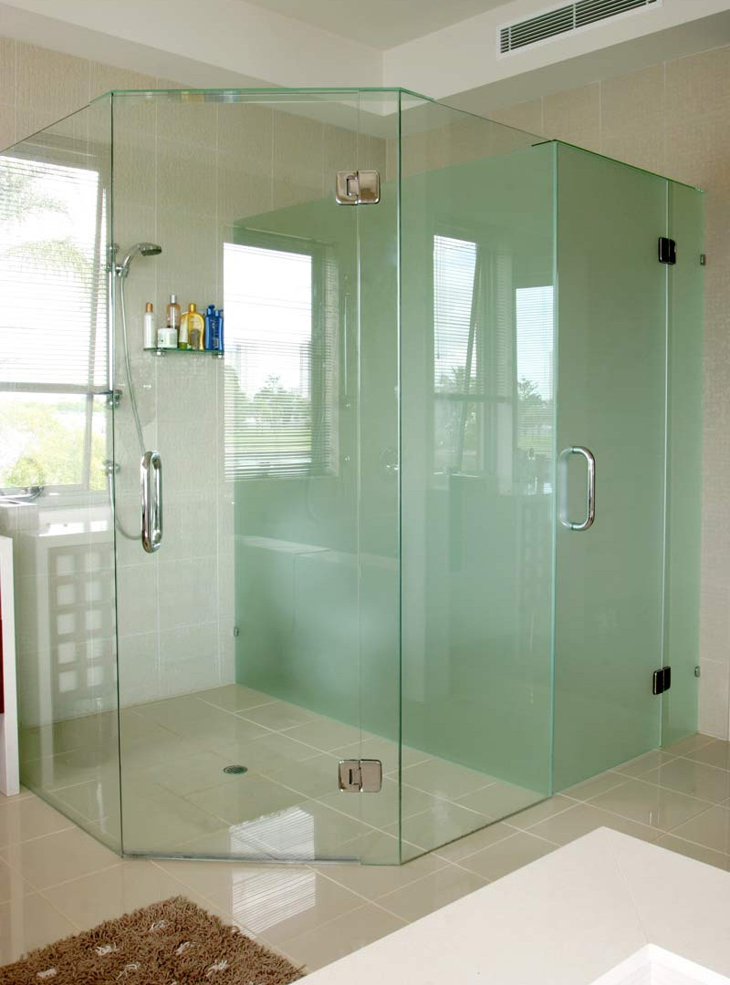Privacy screen behind quadrent shower