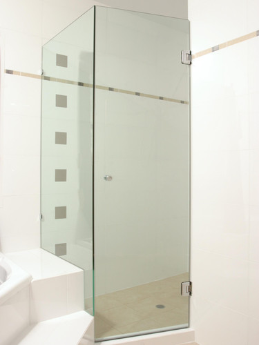 Square shower screen with door hinging off wall