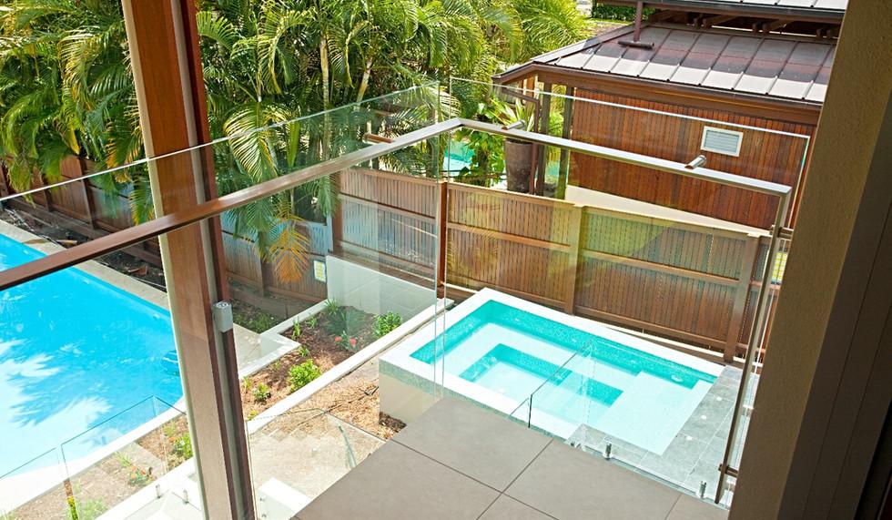 Frameless balustrade with offset handrail