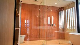 Frameless shower wallan
