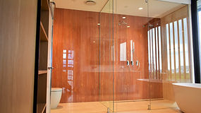 Frameless shower wallan