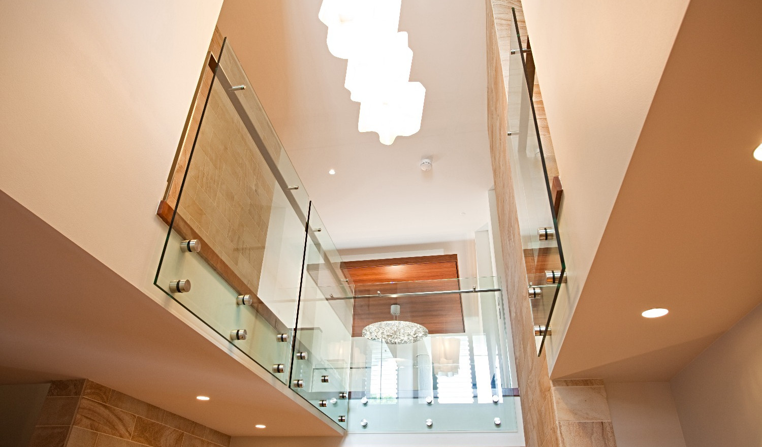 Internal pin fixed balustrade with offset handrail