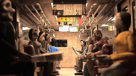 03A_在来線の座席の下に住む男_リサイズ.jpg