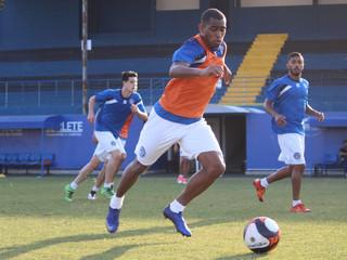Marcos Vinícius volta a treinar e fica à disposição de Waguinho