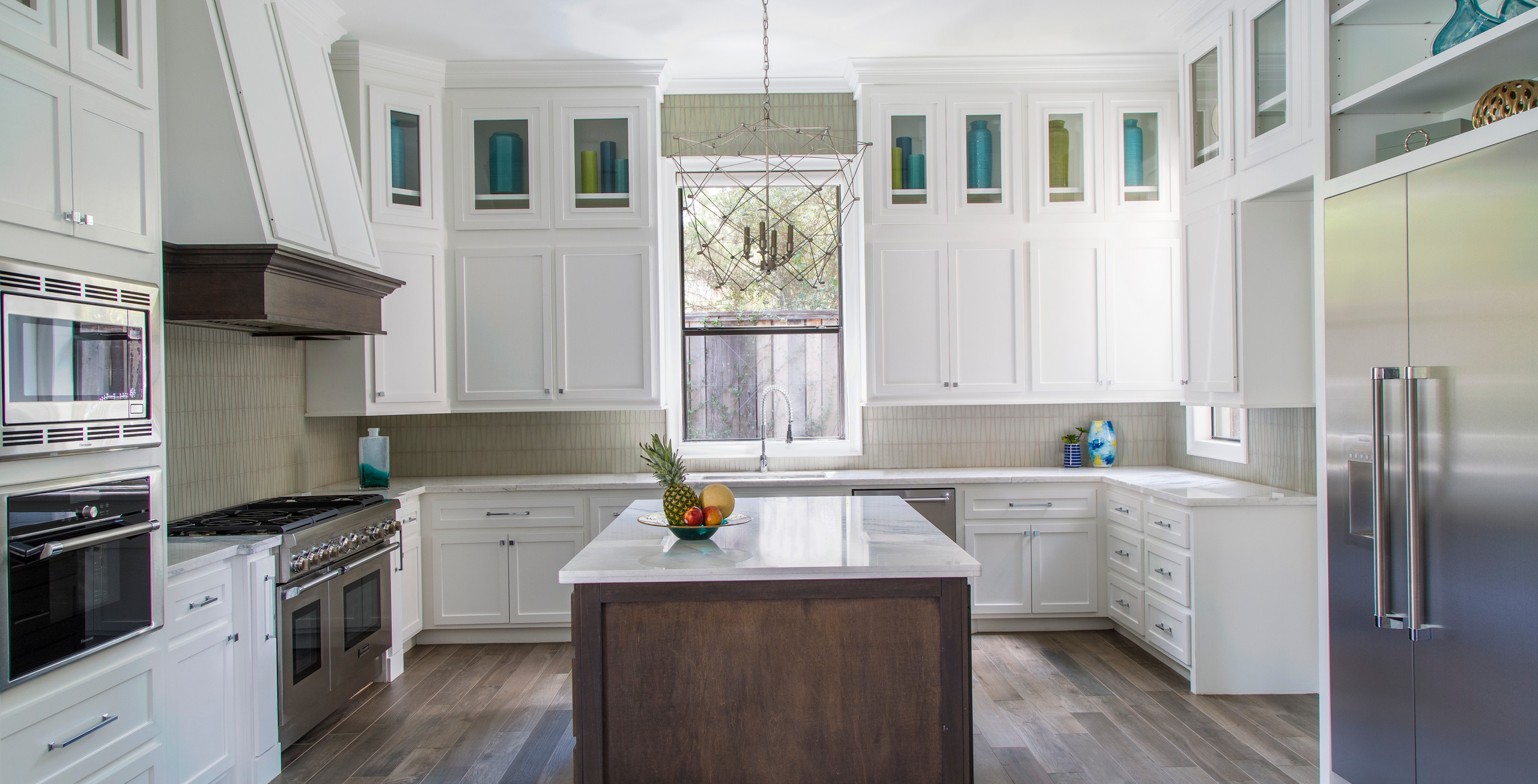 White kitchen of a transitional home in the Woodlands, TX. Kitchen designers in the woodlands, tx. interior designers in the Woodlands, TX