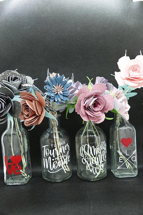 Vase en verre et ses fleurs en papier