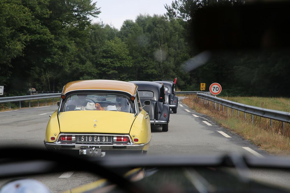 Le cortège de voitures sur le circuit d'essai de La Ferté-Vidame