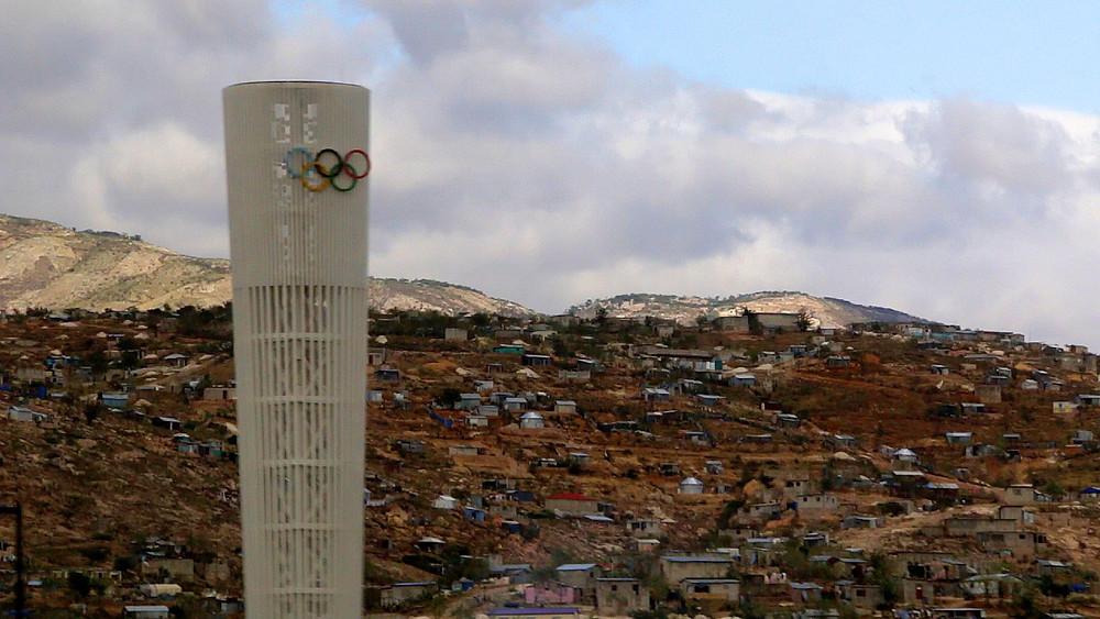 La tour du Centre Sport pour l'Espoir, vu de la Route Soleil 9, à l'extérieur de Port-au-Prince.