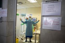 Enfermera colocándose el EPI para realiz