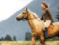 Femme sur cheval au galop