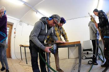 Skibau Workshop Teilnehmer beim Ski bauen