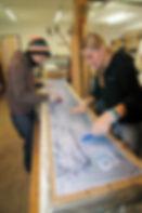 Skibauteilnehmerinnen beim Verstreichen von Harz