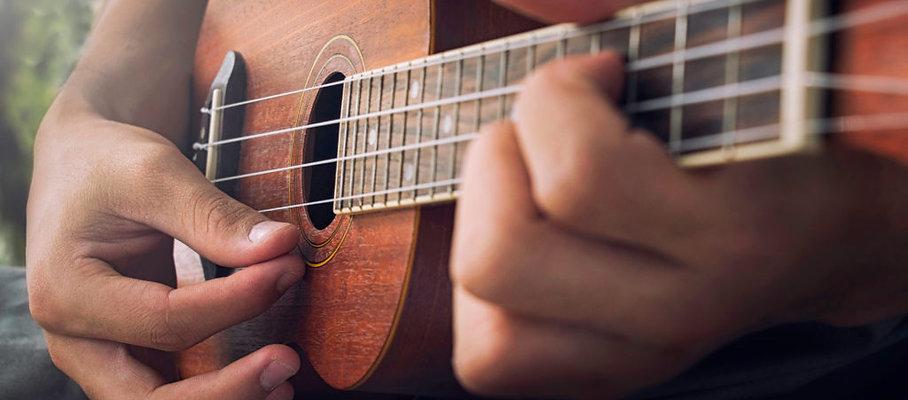 ukulele-player-playing-chords-1-1024x683