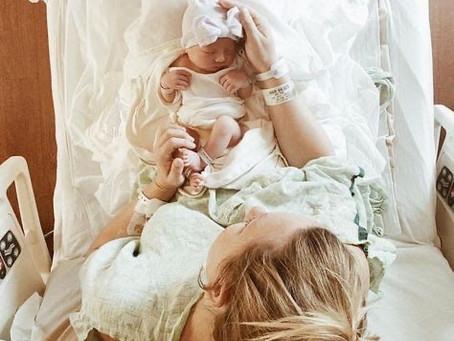 Po porodu dojenček sodi k mamici!