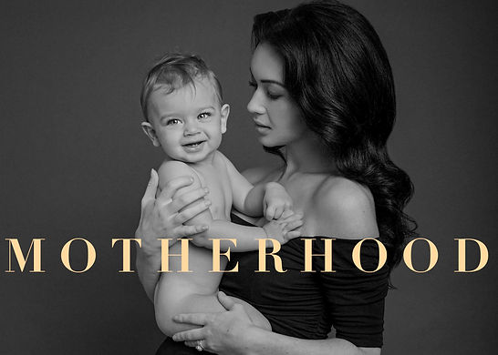 Motherhood family portrait by Daisy Rey