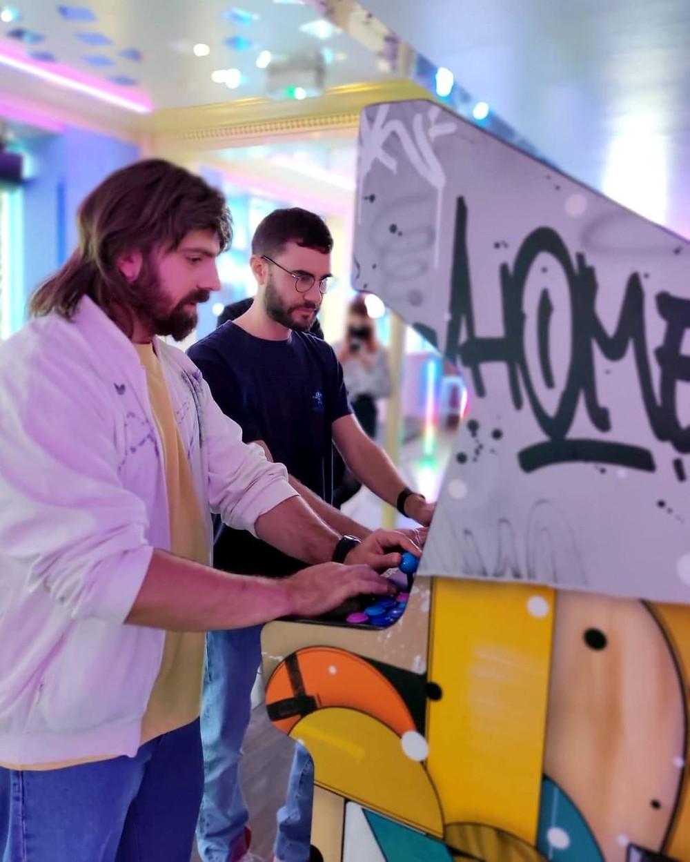 Cyprien et Gaël Mectoob joue sur la borne Artcade
