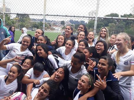 Santos FC e Meninas Em Campo juntos na formação esportiva