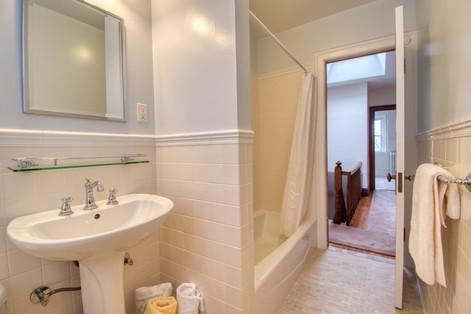 Bathroom - top floor - DSC_0113.jpeg