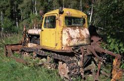 брошенный-трактор-на-поле