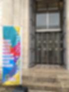 Entrée temple avec bannière colorée.JPG