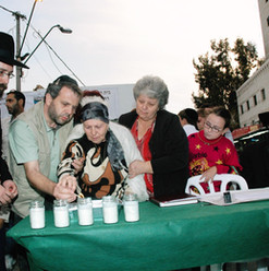 משפחת קויפמן בהדלקת נר נשמה לזכר מיכאל ז